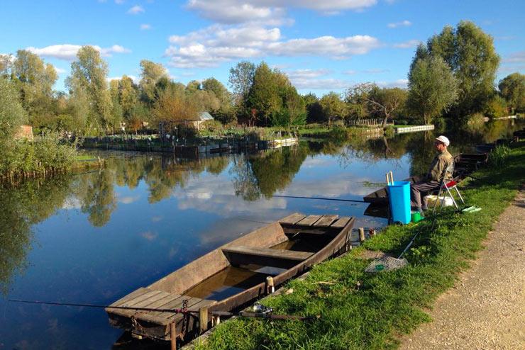 Pêcheur dans les marais de Bourges