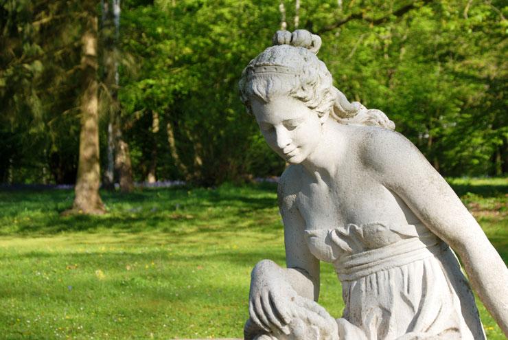 Statue de jeune femme
